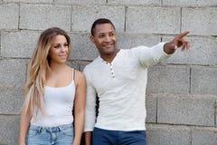 Молодые счастливые пары на снаружи стоковая фотография