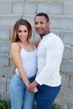 Молодые счастливые пары на снаружи стоковые фотографии rf