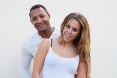 Молодые счастливые пары на снаружи стоковая фотография rf