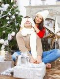 Молодые счастливые пары рождественской елкой Стоковые Фотографии RF
