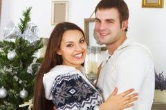 Молодые счастливые пары рождественской елкой Стоковое Изображение RF