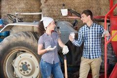Молодые счастливые фермеры принимая перерыв стоковое изображение