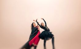 Молодые танцоры балерин выполняют внешнее в зиме Стоковое Фото