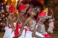 Молодые танцоры Ves, в противном случае по мере того как вверх по стране танцоры ждут начало Esala Perahera в Канди в Шри-Ланке Стоковое Фото