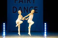 Молодые танцы девушки балерины на этапе Стоковые Фото
