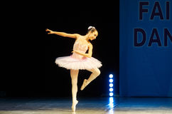 Молодые танцы девушки балерины на этапе Стоковые Изображения RF