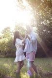 Молодые танцы пар в парке Стоковые Изображения RF