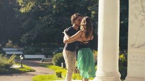 Молодые танцы пар в парке