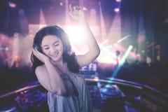 Молодые танцы DJ в ночном клубе Стоковые Фото