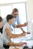 Молодые творческие люди работая на офисе Стоковая Фотография