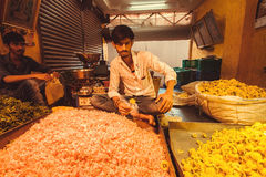 Молодые торговцы рынка цветка индийского города Стоковое Изображение RF