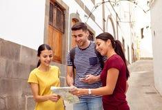 Молодые туристские пары прося направления стоковое изображение