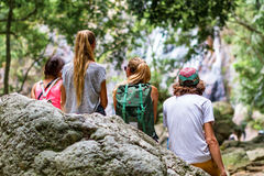 Молодые туристы отдыхают на утесах в джунглях Стоковое Фото