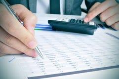Молодые чековые счеты бизнесмена Стоковая Фотография RF