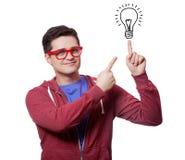 Молодые человеки держат перст на абстрактной лампе идеи. Стоковое Изображение