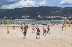 Молодые человеки играя волейбол на центральном пляже в Gelendzhik, зону Краснодара, Россию Стоковые Изображения