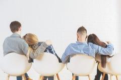 Молодые человеки и женщины подпирают взгляд Стоковые Фото