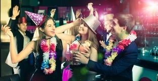 Молодые человеки и женщины празднуя день рождения Стоковая Фотография