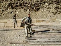 Молодые человеки работая на пирамидах Стоковая Фотография