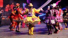 Молодые чилийские танцоры в традиционном костюме видеоматериал