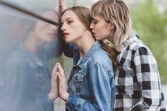 Молодые чувственные лесбосские пары обнимая outdoors Стоковое Изображение