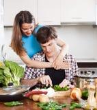 Молодые любящие пары варя с овощами Стоковые Изображения