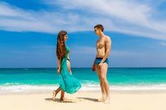 Молодые любящие пары имея потеху на тропическом пляже Vacatio лета Стоковое фото RF