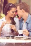 Молодые любящие пары имея романтичное датировка стоковая фотография