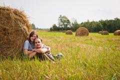 Молодые любящие пары на стоге сена Стоковые Изображения RF