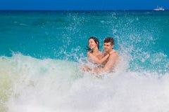 Молодые любящие счастливые пары на тропическом пляже стоковое изображение rf