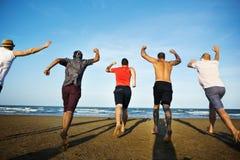 Молодые люди бежать жизнерадостная концепция стоковое фото rf