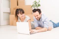 Молодые люди двигает в новую квартиру стоковое фото rf