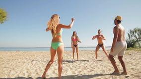 Молодые люди волейбола игры акции видеоматериалы