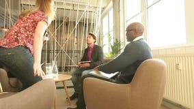 Молодые люди встречая для коммерческой сделки акции видеоматериалы
