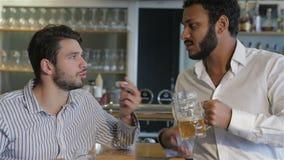 Молодые люди в баре сток-видео