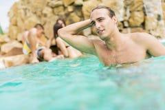Молодые люди в бассейне Стоковые Изображения