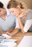 Молодые люди в деловой встрече используя smartphone Стоковая Фотография RF