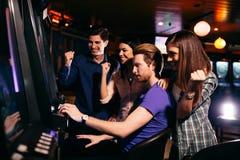 Молодые люди в казино стоковое фото