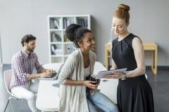 Молодые люди в офисе Стоковое Изображение