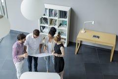 Молодые люди в офисе Стоковые Фото