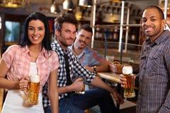 Молодые люди в pub стоковая фотография