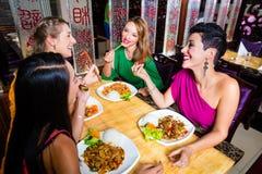 Молодые люди есть в ресторане Азии Стоковые Фото