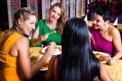 Молодые люди есть в ресторане Стоковое Изображение RF