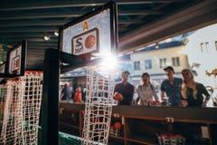 Молодые люди играя баскетбольный матч на парке атракционов Стоковое Изображение RF