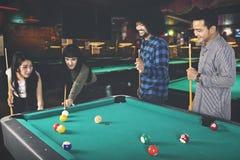 Молодые люди играя биллиард совместно Стоковое Изображение RF