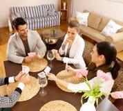Молодые люди играя карточек дома Стоковые Изображения