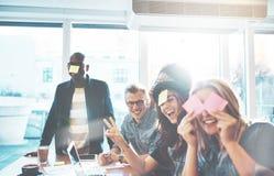 Молодые люди играя командную игру Стоковая Фотография