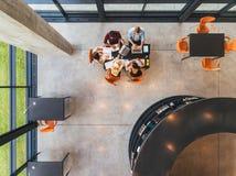 Молодые люди изучая совместно на публичной библиотеке Стоковое Фото