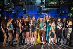 19 молодые люди имея потеху и танцевать Стоковая Фотография RF