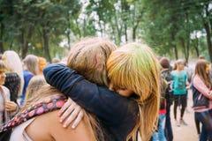 Молодые люди имея потеху и танцуя совместно на Стоковое Фото